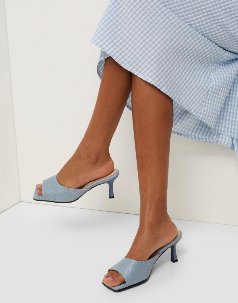 blåa sandaler