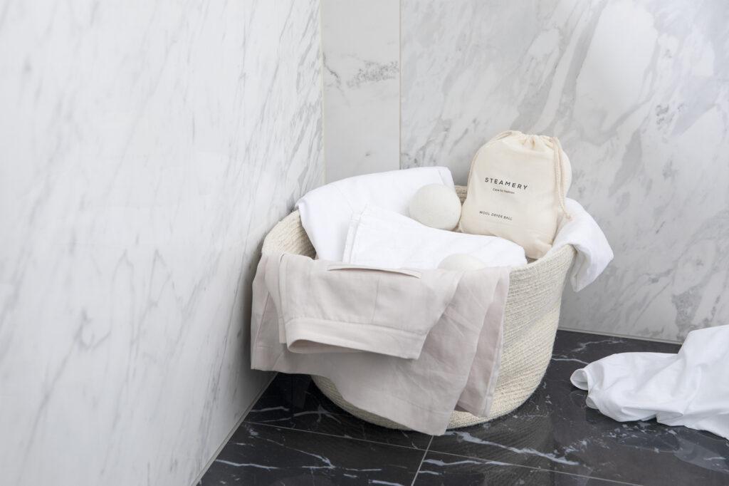 Tvättkorg med tvättpåsar.