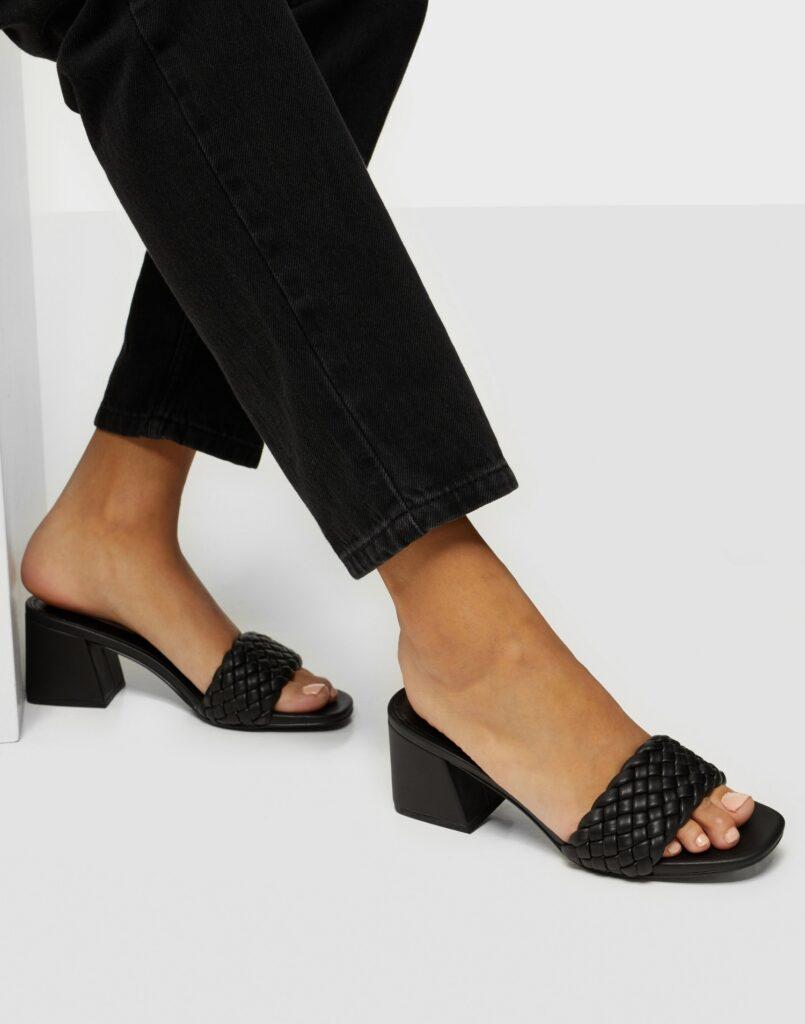 trendiga, svarta skor med flätad rem
