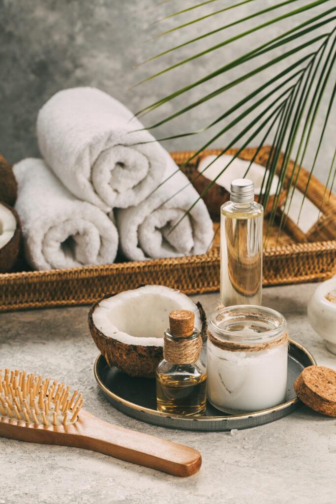 Produkter till hud och hår fint uppställt på ett bord. Spa-miljö.