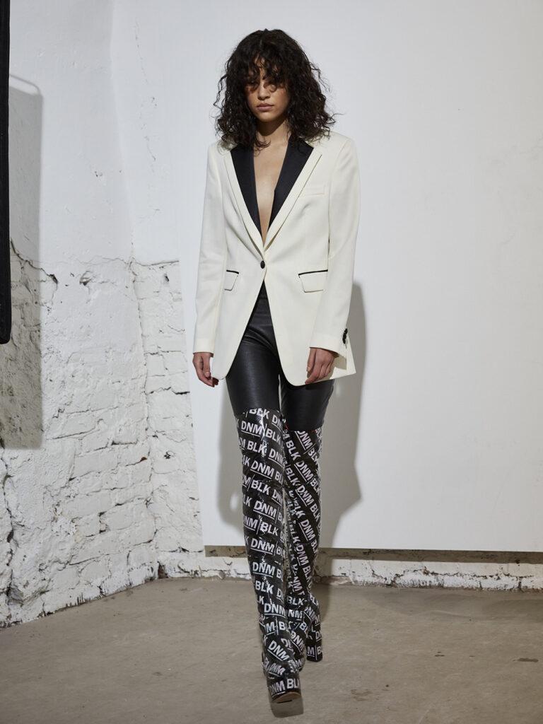 Modell under Stockholm Fashion Week. Bär kläder från BLK DNM
