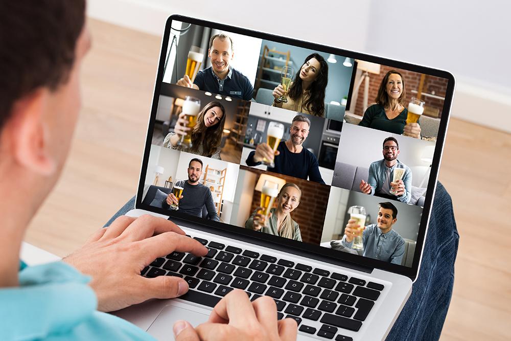 Man som har en digital after work med sina kollegor via datorn.