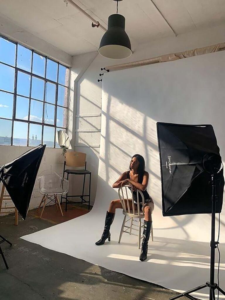 Fotografering av en tjej som sitter på en stol